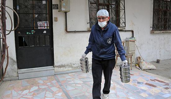 Ataşehir Belediyesi'nin Sıcak Yemek ve Erzak Dağıtımı Devam Ediyor