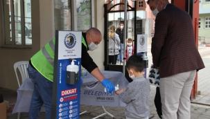 Kartal Belediyesi, Yüz Yüze Eğitimin İlk Gününde Öğrencilere ve Velilere Kolonya ve Maske Dağıttı