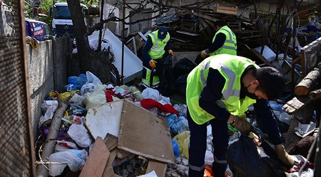 Evinin Bahçesinde 16 Ton Çöp Biriktirdi